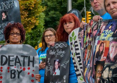 Un grupo de manifestantes protestan a las puertas de la farmacéutica Purdue en Nueva York